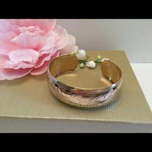 Jewelry - 🌸BEAUTIFULLY ENGRAVED LG GOLD CUFF🌸